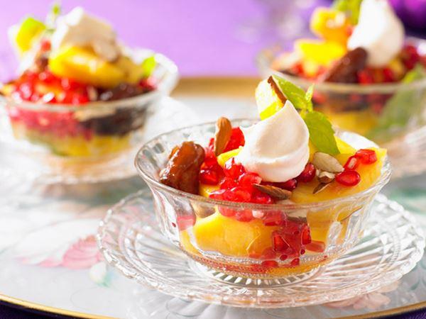 Fruktsallad med ananas, mandel och vispad grädde