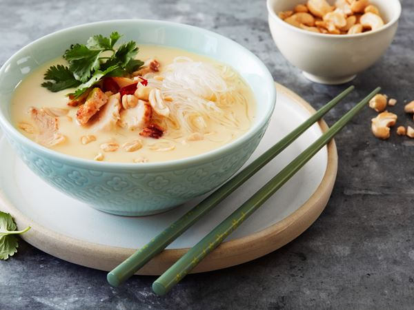 Thaisoppa med kyckling och glasnudlar