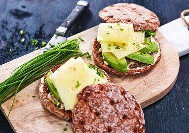 Rågkuse med ost och avokado