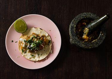Taco med smulstekt abborre och mortlad salsa