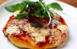 Pizza med blåmögelost och rucola