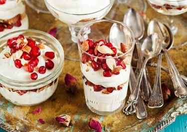 Vispad chokladpannacotta med granatäppelkärnor och mandelkross