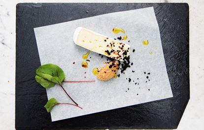 Brieost med rostad blomkål, chiliflakes och torkade oliver