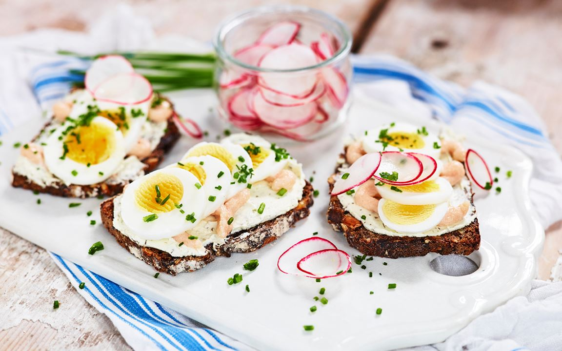Mild kaviarsmörgås med dill och persilja
