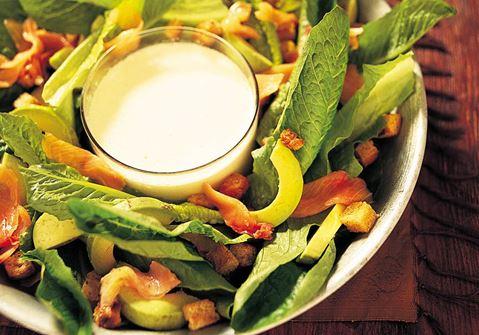 Lax- och avokadosallad med Caesardressing