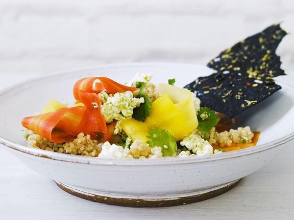 Quinoasallad med picklade morötter och dillig cottage cheese