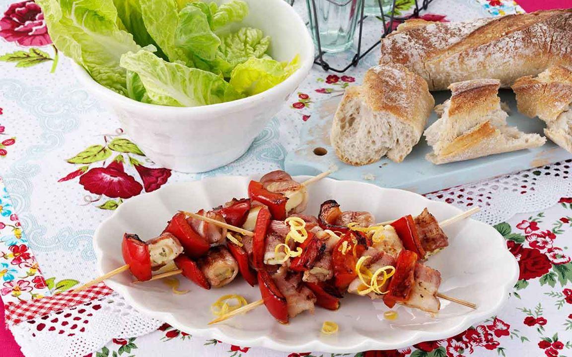 Baconlindade grillspett med örter och citron