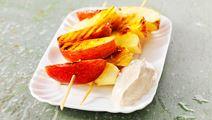 Grillade äppelspett med kanelcrème