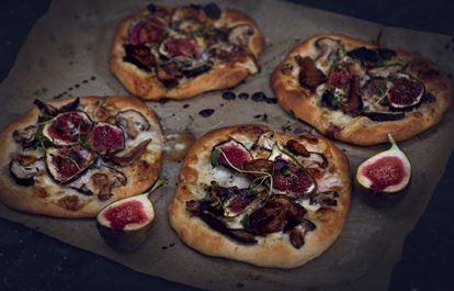 Pizza bianco med taleggio, fikon och svamp