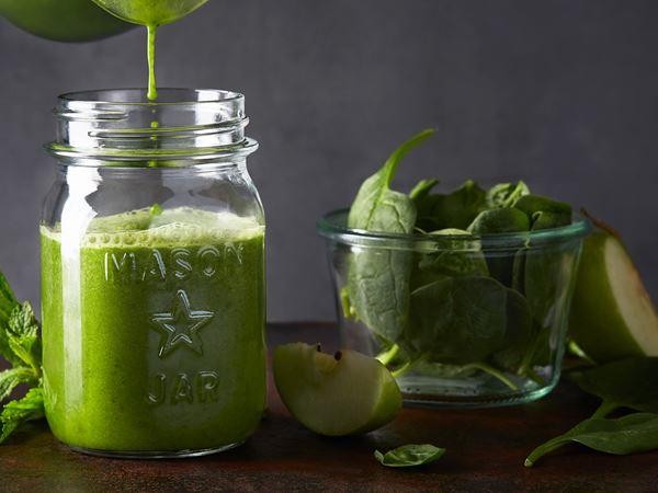 Grön juice med passionsfrukt och mynta