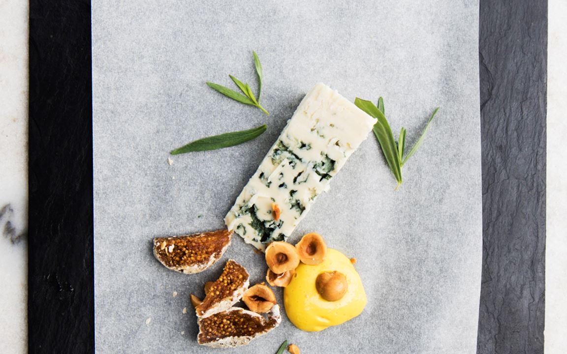 Danablu med apelsincrème och rostade hasselnötter