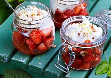 Snabb citrongräddglass med jordgubbar