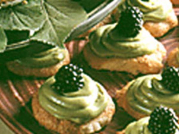 Sega mandelbottnar med avokadomousse