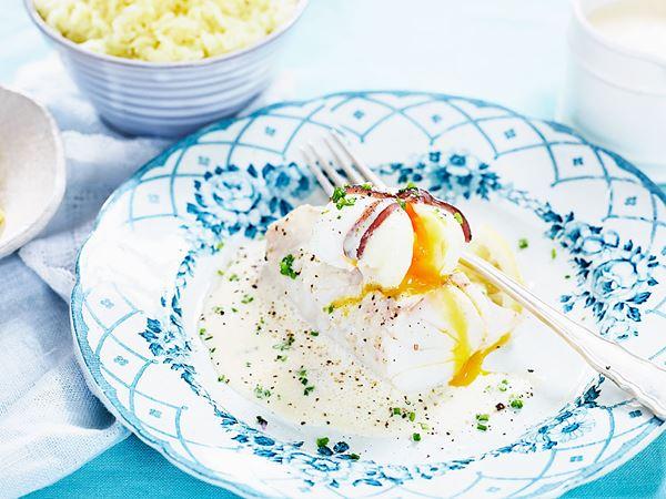 Torskrygg med pocherat ägg och vitvinssås