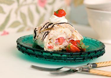 Nötmarängrulle med färska jordgubbar
