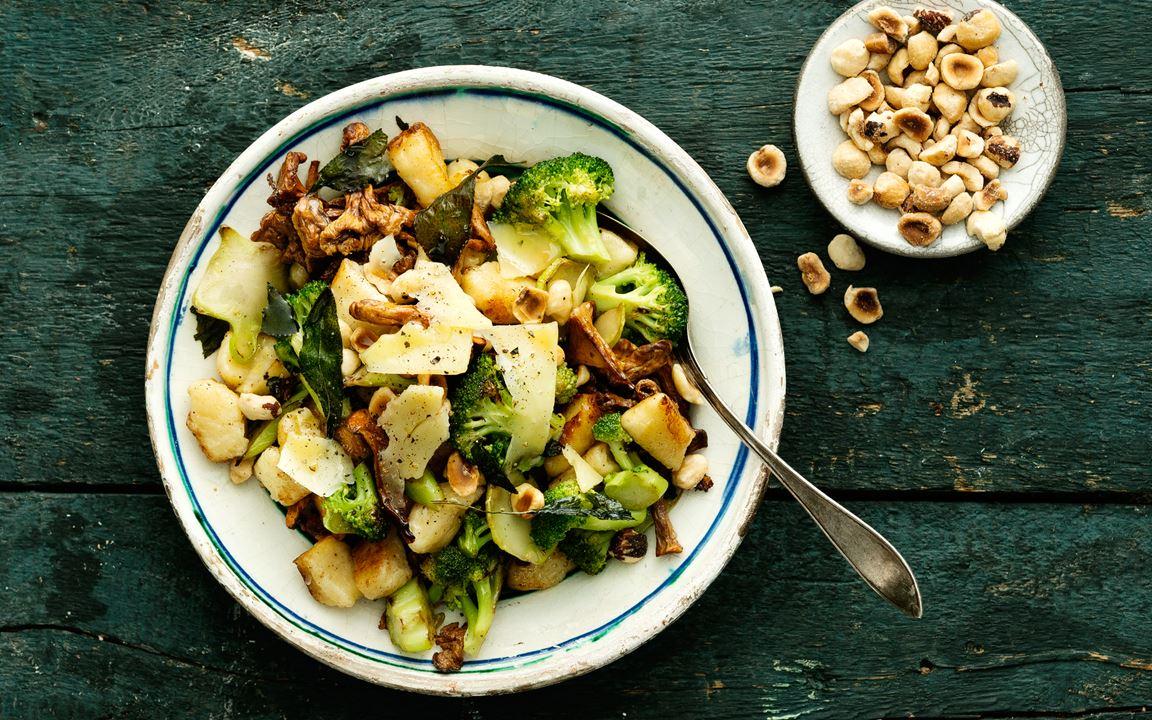 Gnudi med kantareller och broccoli