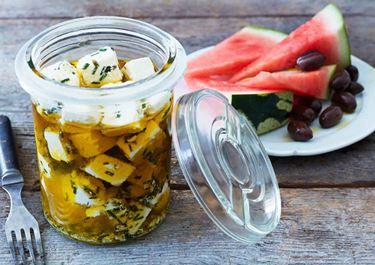 Krämig ost i örter med melon och oliver