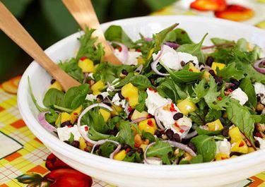 Fruktig bönsallad med fetaost och nötter