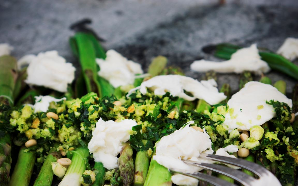 Burrata med sparris, salladslök och gremolata