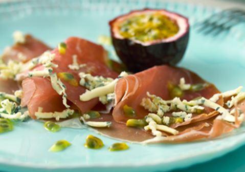 Passionsfrukt med lufttorkad skinka