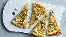 Smördegspizza med chèvre, pistagenötter och citron