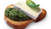 Toast med ädelost och grön tapenade