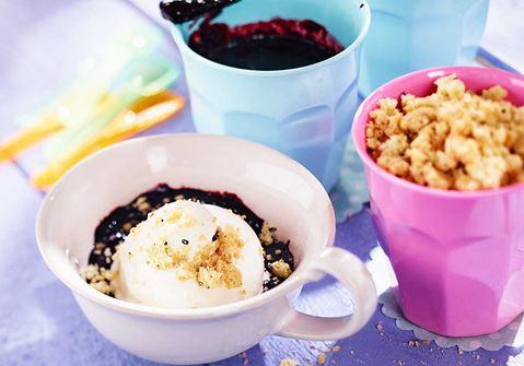 Glass med kardemummasmulor och blåbärssås