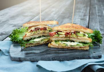 Vegetarisk Club Sandwich med havarti och avokado