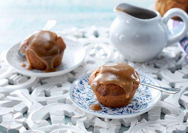 Kladdiga muffins med dadlar och kolasås