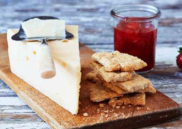 Lagrad ost med jordgubbsmarmelad och havrekex