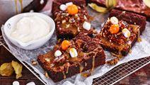 Kladdkaka med marshmallows, pecannötter och salt kolasås
