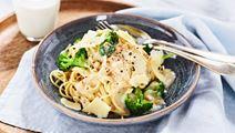 Pasta med parmesan, kyckling och broccoli