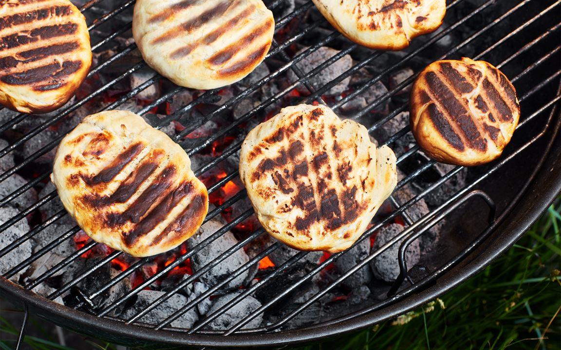 Hamburgerbröd på grillen