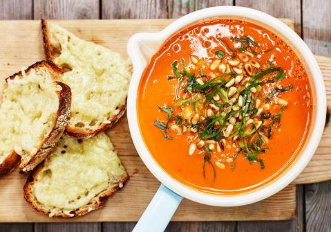 Tomatsoppa med basilika, pinjenötter och toast