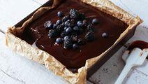 Glutenfri blackbean brownie med fudgeglasyr och bär