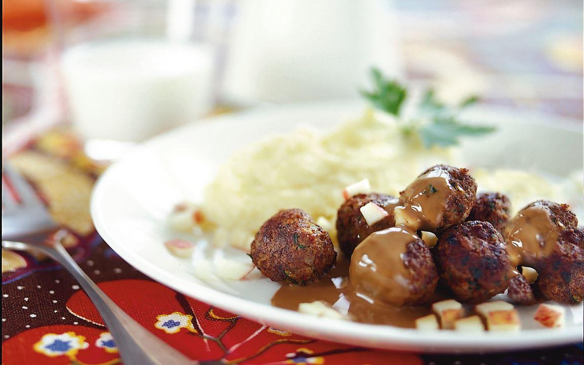 Köttbullar med saltgurka, gräddsås och äppelströssel