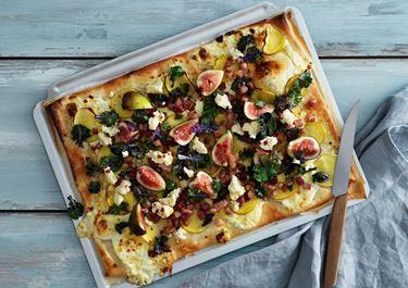 Enkel pizza med mild ädelost, potatis och fikon