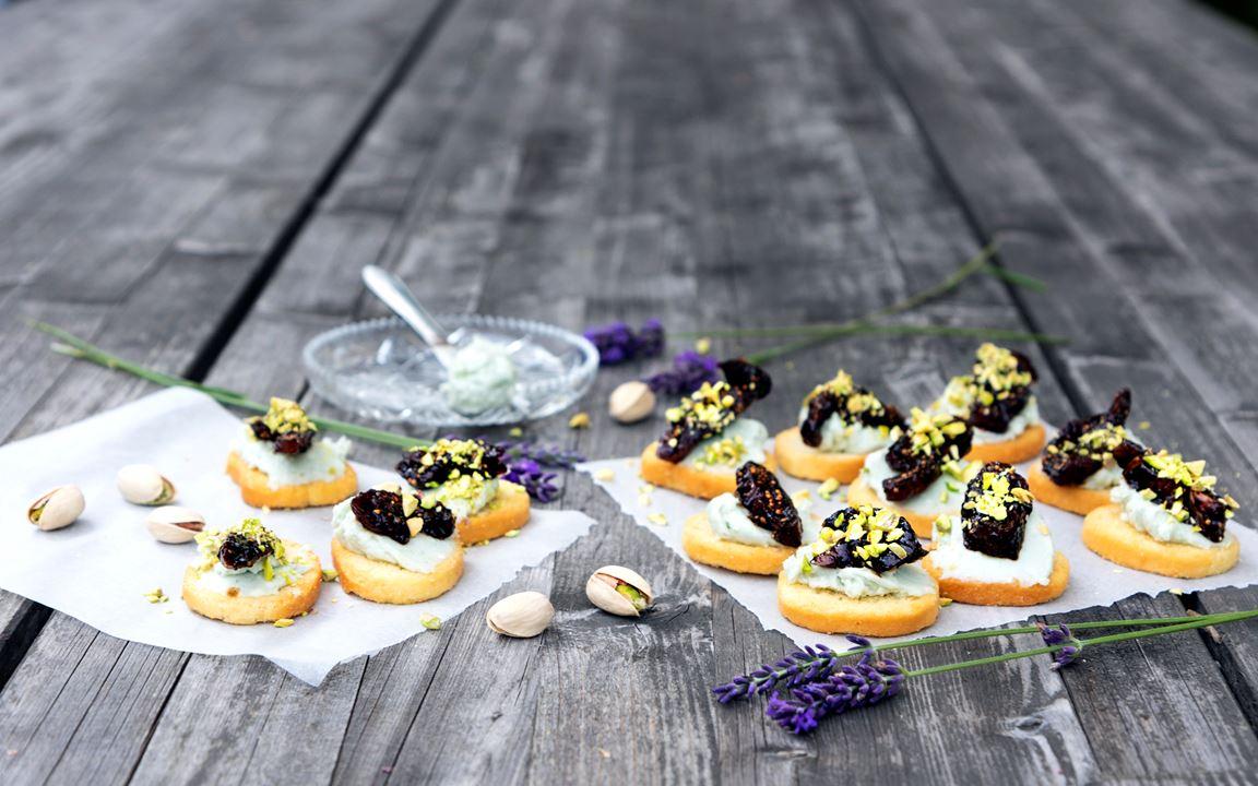 Snittar med roquefortkräm, balsamicoinkokta fikon och pistagenötter