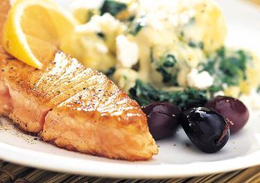 Stekt lax med spenat- och fetaostpotatis