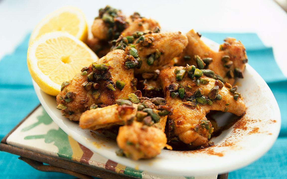 Kryddiga kycklingvingar med pistagenötter