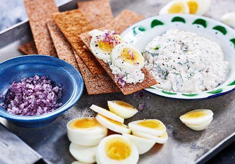 Knaprig ägg- och kaviarmacka