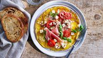 Omelett med vitost, lufttorkad skinka och basilika