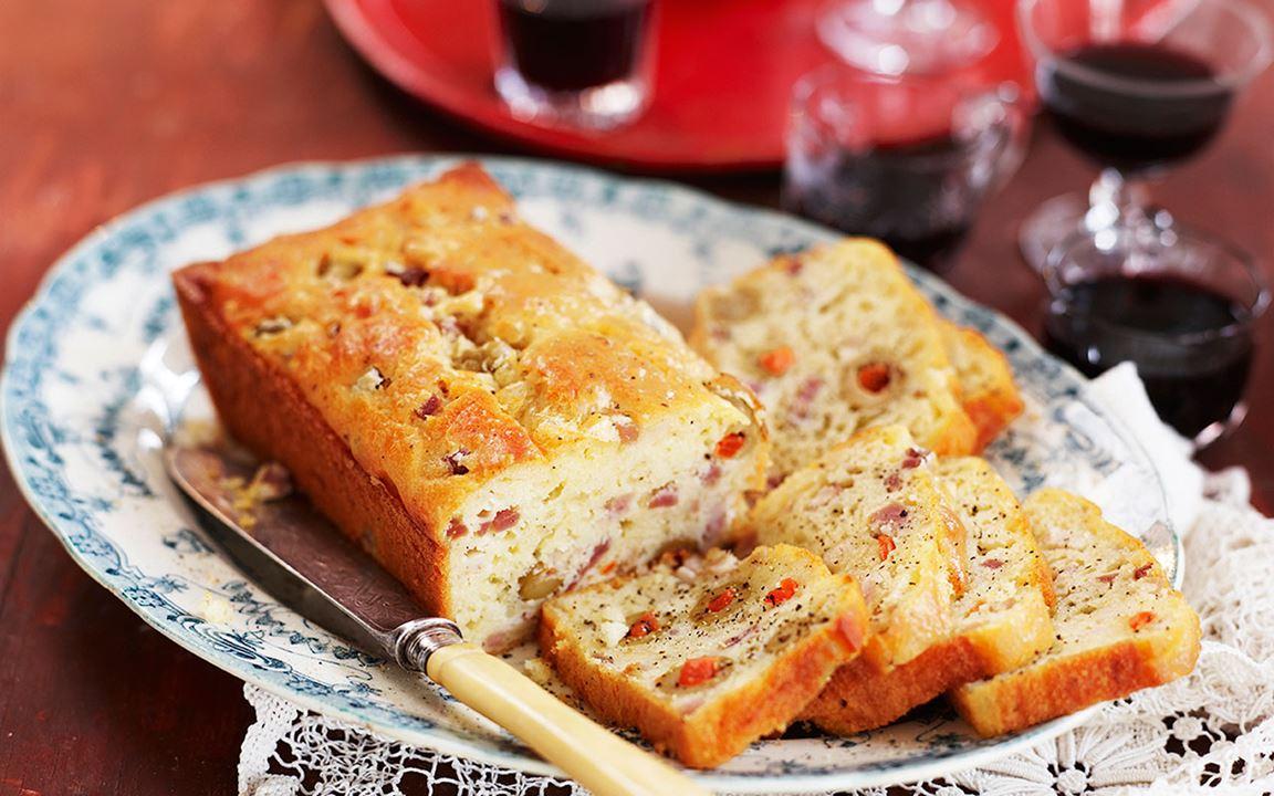 Cake salé med ost, sidfläsk och oliver
