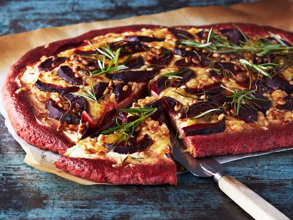 Rödbetspizza med färskost och pinjenötter