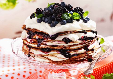 Pannkakstårta med vanilj, blåbär och grädde