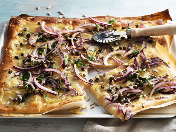 Pizza bianco med syrad grädde, kapris och lagrad ost