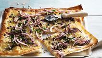 Pizza bianca med syrad grädde, kapris och lagrad ost