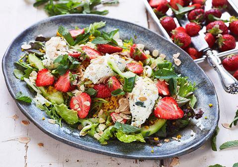 Sallad med ostkräm, saffransbulgur och jordgubbar