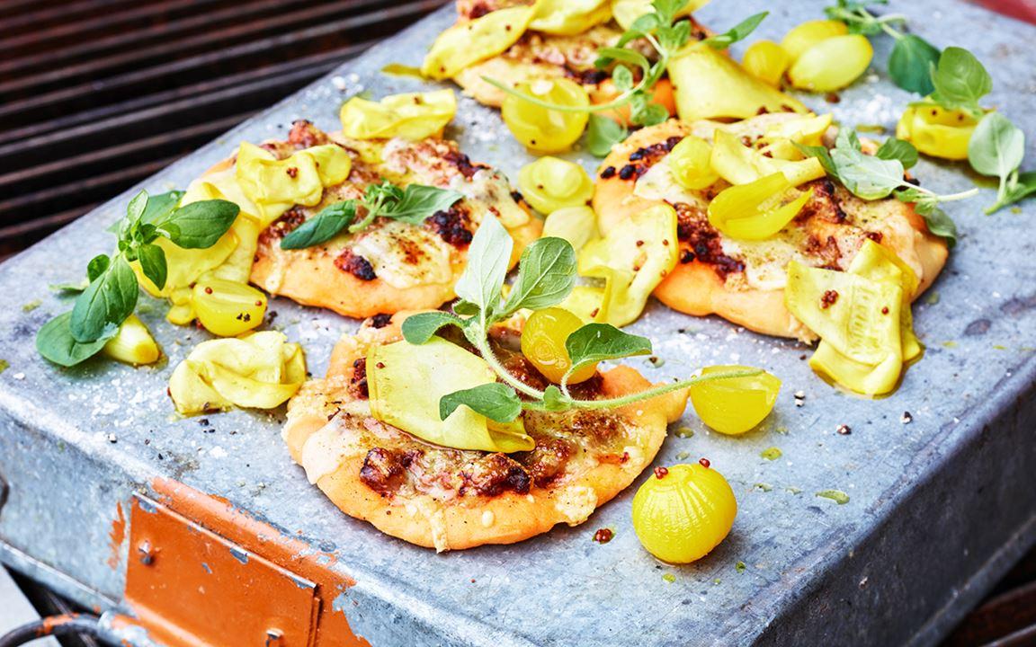 Lammpizza med cheddarost och picklad lök och zucchini