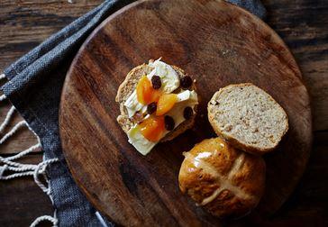 Hot cross buns med vitmögelost och aprikoser